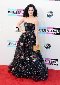 Katy Perry in Oscar de la Renta at the American Music Awards. Different for her!