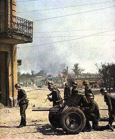 Operation Barbarossa, Panzerabwehrkanone - PaK 36 anti-tank gun and a MG 34 squad.