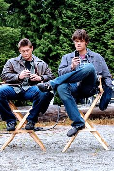 Uhm, they're older than me here, but omg, they're babies (and on their phones, just saying). <3 #SupernaturalCast