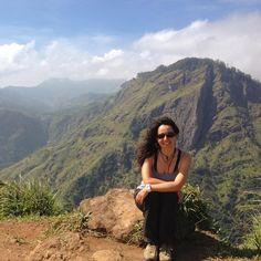 El interior de Sri Lanka te regala paisajes espectaculares como edte de Ella. Altas montañas campos de te cascadas y muchas sonrisas amistosas.