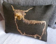 highland cow cushion Ungroomed hair will make you really feel soiled and appearance older. Free Motion Embroidery, Machine Embroidery, Fabric Art, Fabric Crafts, Style Anglais, Sewing To Sell, Pillow Inspiration, Handmade Cushions, Wool Applique