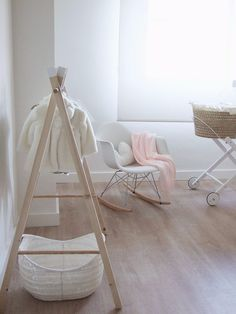 cómo hacer un perchero infantil de madera diy Tipi Diy, Toddler Floor Bed, Diy Clothes Rack, Home Organization Hacks, Wooden Diy, Bassinet, Kids Bedroom, Furniture, Home Decor