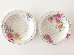 シノワズリの香る鮮やかな花をあしらった小皿2枚セットです。フチには金線を入れ、エレガントに。さらに、メタリックゴールドのドットを全面に入れることで少しだけポッ...|ハンドメイド、手作り、手仕事品の通販・販売・購入ならCreema。