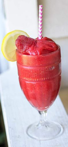 Strawberry Lemon Daiquiri - FULL of strawberries, rum, and lemon juice. So cool and refreshing! Love this cocktail! Cocktails, Cocktail And Mocktail, Party Drinks, Fun Drinks, Cocktail Recipes, Drink Recipes, Bartender Recipes, Booze Drink, Party Desserts