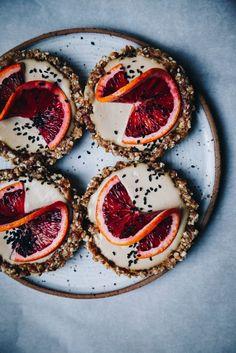 RAW Vegan Lemon Coconut Tarts with Blood Orange Desserts Crus, Raw Vegan Desserts, Vegan Dessert Recipes, Tart Recipes, Raw Food Recipes, Raw Vegan Cake, Vegan Tarts, Vegan Pie, Coconut Tart