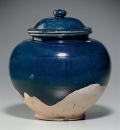 A blue-glazed pottery jar and cover. Tang dynasty (618-907)