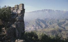 """CASTLES OF SPAIN - Castillo de Bentomiz, Arenas, Málaga. La fortaleza de Bentomiz se construyó en época musulmana, teniéndose noticias escritas de ella en las """"Memorias de Abd Allah"""", rey zirí de Granada del siglo XI. Bentomiz fue la cabecera de un distrito administrativo o ta'a en la época del Reino nazarí de Granada. Fue conquistada por los Reyes Católicos en 1487, fue una entrega pactada, pero finalmente se libró batalla. En la actualidad sus restos son escasos aunque muy interesantes ."""