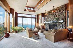 un mur décoratif en pierre grise et un mobilier marron dans le salon