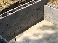 Construction d'une petite piscine en béton équipée spa: Début de la construction piscine béton Garage Doors, Spa, Outdoor Decor, Home Decor, Pools, Houses, Paving Slabs, Walls, Projects