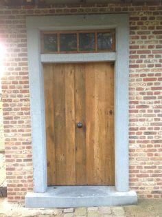 Gave voordeur met stoer hout en omlijsting
