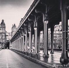 Le pont Bir Hakeim sous la pluie bonne journée mes petits loups. #Paris  #follow4follow #Capture #FollowMe #France #sky #skyporn #follow #Love #Look #Beauty #Beautiful #BestOfTheDay #photooftheday #Travel #TagsForLive #Instagood #instadaily #Instagrammers #instagood #instagram #like4like #picoftheday #tbt #me #underground #Like #City #Pictures #bnw by barthi75