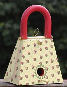 Make this cute purse birdhouse for your feathery friends who are shopping for food. Homemade Bird Houses, Bird Houses Diy, Bird House Plans, Bird House Kits, Wooden Purse, Birdhouse Designs, Bird Boxes, Kit Homes, Bird Feathers