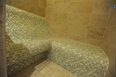 Infrared heated shower seat in a steam shower Schönes Dampfbad mit einer Sitz Kombination beheizt mit Infrarot-Strahlungswärme ausgeführt als Tepidarium