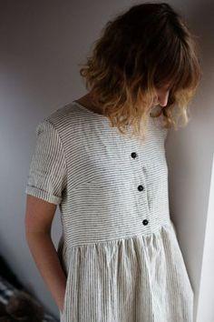 Rayas ropa suelta ajuste vestido. Vestido con mangas dobladas cortas rayas blanco y negro. -------------------------------------------------------------------------------------------------------- ACERCA DE: Vestido de lino de rayas hechas a mano. Vestido con manga corta doblada y botones abertura en la parte delantera del vestido es perfecto para un vestido de maternidad demasiado y amistoso para la lactancia materna. De fabricación local tejido de lino previamente lavado y es perfecto…