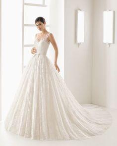 Prinzesskleid aus strassbesetzter Spitze und Tüll mit Herzausschnitt, Rockansatz in Taillenhöhe, naturweiß/nudefarben.