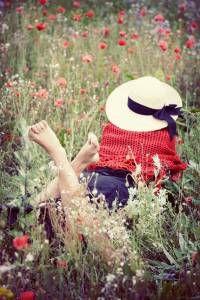 """PREPARE O SOLO Leia Lucas 8:4-8. A semente de Deus que é lançada em um bom solo e a única que produz frutos. Qual é a aparência de um coração """"bom e honesto""""? Que tipo de ouvinte é este? Ele é do tipo que ao ouvir a palavra de Deus, ele a guarda no coração, arrepende-se, crê e obedece."""