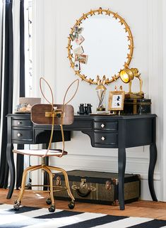 Read, relax and daydream away in this gold lounge inspired by classic vintage glamour.