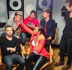 """Her face is soo unexplainable, she's like """"feel this moment , your getting blessed by the cutest creature ever"""" One Direction Imagines, One Direction Harry, One Direction Pictures, Boys Who, My Boys, Cher Lloyd, Five Guys, Irish Boys, Louis And Harry"""