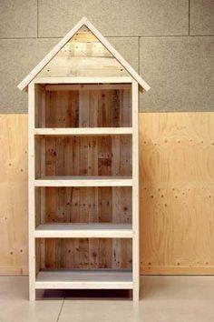 Comment réaliser une bibliothèque au charme nature avec des palettes ? Plans et pas à pas bricolage pour ce meuble en bois brut qui trouvera sa place dans une salle de bains, une cuisine, une chambre d'enfant.
