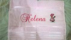 Toalha de boca de nome Helena com desenho de uma menina.