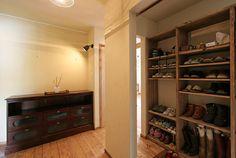 玄関を入ると正面に古いタンスがあり、雰囲気を醸し出す。右側の下駄箱からリビングにつながる土間がある