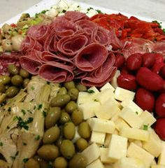 Planning on making this part of bi weekly meal plan! Recipe for Party Antipasto Platter - Antipasto is generally the first course of a traditional Italian meal. Serve up an Antipasto platter, and surprise your guests. Finger Food Appetizers, Appetizers For Party, Appetizer Recipes, Mezze, Antipasto Platter, Antipasto Salad, Yummy Food, Tasty, Food Platters