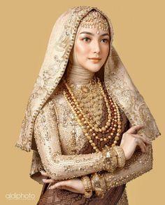 Muslimah Wedding Dress, Muslim Wedding Dresses, Muslim Brides, Pakistani Bridal Dresses, Dress Muslimah, Bridal Hijab, Hijab Bride, Wedding Hijab, Kebaya Hijab
