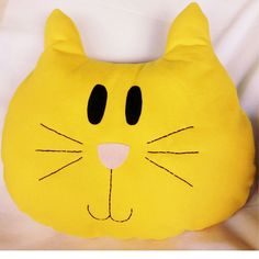 Almofada gatinho amarelo Baby Pillows, Kids Pillows, Animal Pillows, Baby Girl Quilts, Girls Quilts, Fabric Toys, Fabric Scraps, Crochet Projects, Sewing Projects