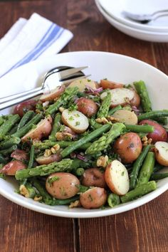 Potato Salad with Green Beans and Asparagus. A new potato salad tossed with green beans, asparagus, walnuts and a bold dijon vinaigrette. Salad Recipes, Vegan Recipes, Cooking Recipes, Cooking Food, Easy Cooking, Cooking Tips, Clean Eating, Healthy Eating, New Potato Salads