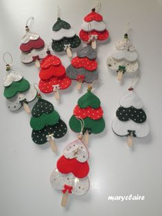 tanti alberelli - Happy Christmas - Noel 2020 ideas-Happy New Year-Christmas Felt Christmas Ornaments, Christmas Crafts For Kids, Christmas Cross, Craft Stick Crafts, Felt Crafts, Handmade Christmas, Holiday Crafts, Diy Crafts, Christmas Hair Bows