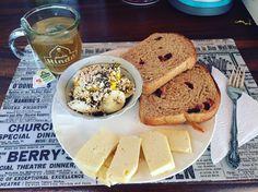 #healthybreakfast: porción de banana 🍌con un toque de #Mango recién bajao del palo #MasOrgánicoPaDonde, #AvenaEnHojuelas y #Chía, pan 🍞 de #Arándanos de @artesano_naturalcafe, porción de queso 🧀 del #PropioQuesoCosteño bajo en sal (para los incrédulos, sí, existe el queso costeño bajo en sal) y una taza ☕️ de te verde 🍵 con #Jazmín de @tehindu con manzanilla de @lipton! 😋
