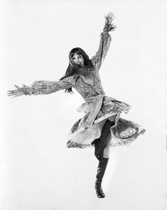 Actress Jane Birkin, in motion, with arms and one leg raised; Serge Gainsbourg, Gainsbourg Birkin, Charlotte Gainsbourg, Style Jane Birkin, Jane Birken, Kate Barry, Jean Muir, Leg Raises, French Girls