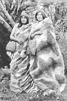 Indigenous women, Tierra del Fuego, Argentina, By Alberto María de Agostini. Native American Photos, American Indians, Chile, Human Zoo, World Cultures, First Nations, People Around The World, Old Photos, South America