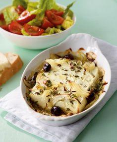 Ofen-Schafskäse: Griechisch für Einsteiger - würziger Käse mit Thymian, Oliven, Fladenbrot und Salat.