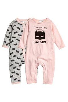 Pyjamas à manches longues en jersey de coton souple à motif imprimé. Fermeture pressionnée devant et le long d'une jambe.