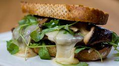 God mat når du skal kose deg. Oppskriften på biffsandwich med syltet sopp får du fra Andreas Myhrvold på Gastronomisk Institutt.