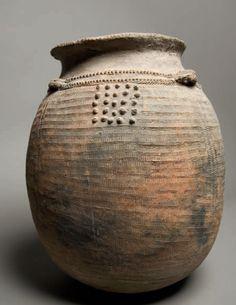 Vessel for beer and cereals. Mambila - Nigeria, Cameroon Vessel for beer and cereals. Ceramic Pots, Ceramic Pottery, Bohemian Decoration, African Pottery, Coil Pots, Keramik Vase, Pottery Designs, Contemporary Ceramics, Ancient Art