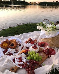 Picnic Date, Summer Picnic, Think Food, Love Food, Picnic Foods, Aesthetic Food, Snack, Food Porn, Brunch