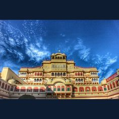 City Palace.. One of the most beautiful palace which I have seen. . . . . .#_soi #_oye #oyemyclick #mypixeldiary #photographers_of_india #storiesofindia #desi_diaries  #incredibleindiaofficial #ig_rajasthan #beautifuljaipur #jaipurcityblog #jaipur #jaipur_ig #pixelpanda_india #artsofvisuals #agameoftones #aov #indianphotography #desi_photographs by ansh_thakkar