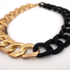 Two Tone Chunky Chain DIY Necklace with spray paint Diy Necklace, Jewelry Necklaces, Jewellery, Ideas Joyería, Jewelry Accessories, Jewelry Design, Fashion Accessories, Chunky Chain Necklaces, Bijoux Diy