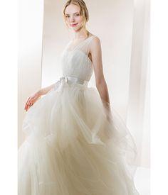 【L'atelierMariage】rochelle<br />ふんわりと柔らかいチュールとビジューレースのドレス。<br />透明感たっぷりのチュールを使用したショルダースタイルは、<br />背を高く見せる効果があります。