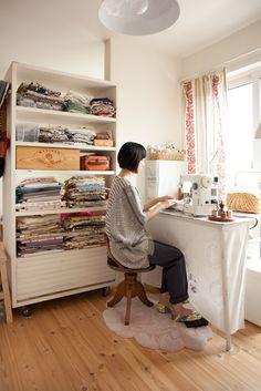 ヨーロッパの個性的な柄が好き、という手芸作家奥山千晴さんのアトリエコーナー。/とっておきの自分時間(「はんど&はあと」2011年10月号)