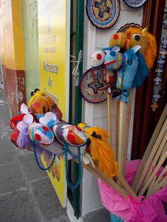 Caballitos de tela con palo de madera. Juguetes mexicanos casi extintos. Puebla.