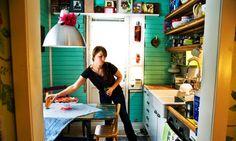 Köket har fått turkosa pärlspontar, färgen var självklar för Isa och Christopher. Hyllor ersatte köksskåpen från 40-talet. Att sätta upp fod...