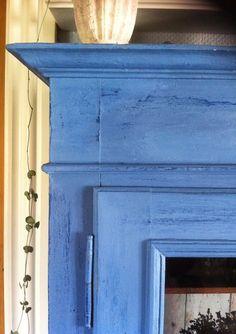 Gammelt svensk vitrine malet med AS kalkmaling ovenpå den gamle krakeleret maling.