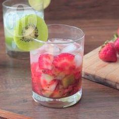 Kiwi Erdbeer Caipirinha - Der brasilianische Klassiker Caipirinha wird hier durch Erdbeeren und Kiwi anstelle von Limette süßer gemacht. Vorsicht Suchtgefahr! @ de.allrecipes.com