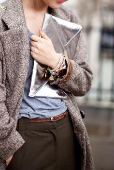 Maxi pochette argentée + accumulation de bracelets + tenue masculine/casual = le bon mix