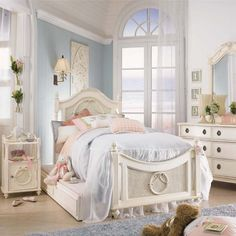 Beautiful bed for a girl's room! Love the wreath detail