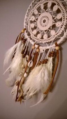 Création artisanale, chaque modèle est unique.  Réalisé avec des plumes naturelles, du bois flottés, des coquillages et du daim. offrez un cadeau pour un Noël Bohème. - 16764935