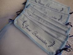O valor se refere ao kit com 6 saquinhos, tamanho 40 x 40 cm. <br>Saquinhos de filó com faixa de tecido com nome bordado à mão, também pode ter números bordados ou aplicados ou florzinhas de crochê (para meninas). <br>Ideal para levar roupinhas do bebê à maternidade, em viagens, à escolinha, organizar armário. <br>Acompanha um sachê coração de lavanda com inicial do bebê bordada, podendo ser usado para pendurar no berço, armário ou porta. <br>Ao fazer o pedido, informe a cor lisa da faixa…